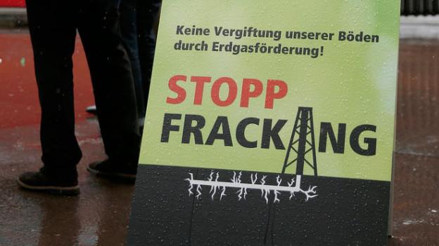 Ein Plakat mit der Aufschrift «Stopp Fracking»