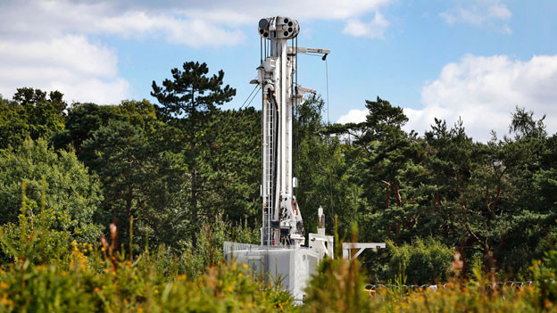 Ein Fracking-Bohrturm in West Sussex, England.