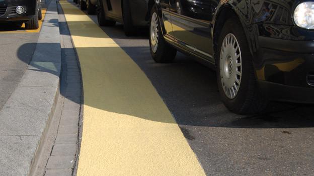 Gelber Balken auf dem Strassenbelag im Zürcher Seefeld.