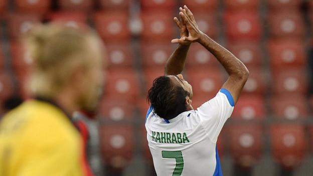 Mahmoud Kahraba streckt flehend die Hände gen Himmel