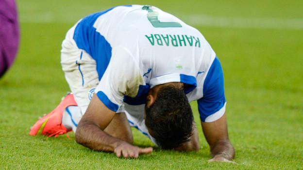 Ein GC-Spieler kauert auf dem Rasen.