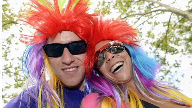Raver haben Spass an der Streetparade in Zürich.