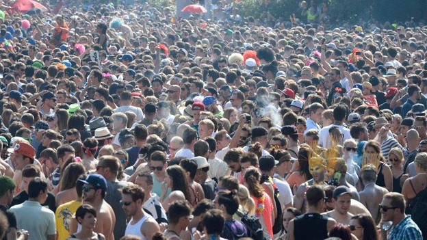 Ein dichtes Gedränge von Leuten an der Streetparade.