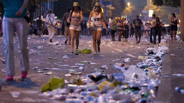 Die Raver gehen, der Abfall bleibt: Abend an der Street Parade 2011.
