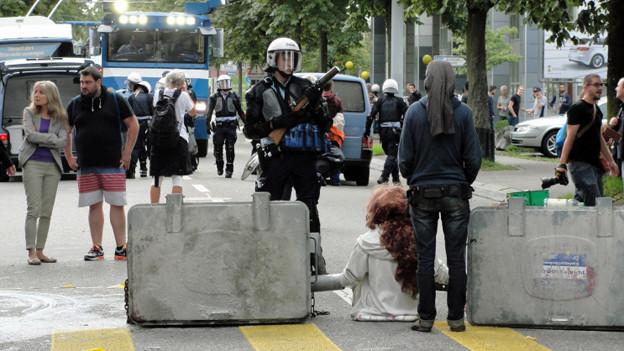 Ein angeketteter Aktivist anlässlich einer Blockade in der Hohlstrasse, Zürich