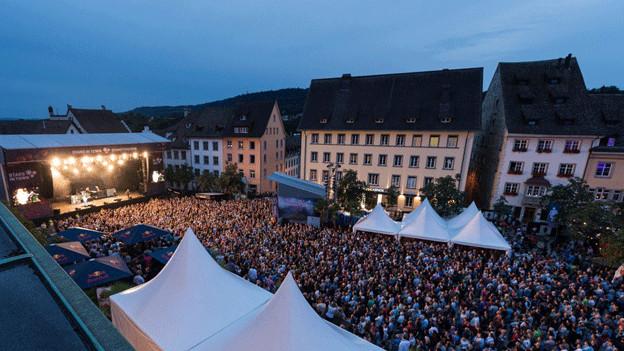 Konzertbühne und viele Zuschauer auf einem Platz