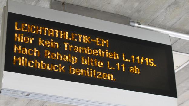 Elektronische Anzeige am Bucheggplatz informiert darüber, dass der Trambetrieb eingestellt ist.