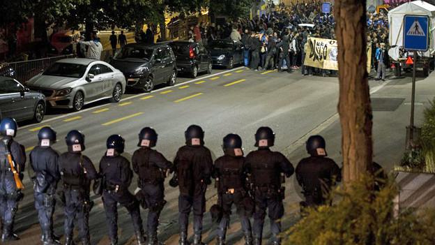 Polizisten stehen an der Tanz-dich-frei-Demonstration den Demonstranten gegenüber.
