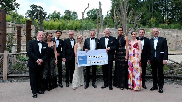 Zoo Zürich-Direktor Alex Rübel mit einem Check in der Hand.