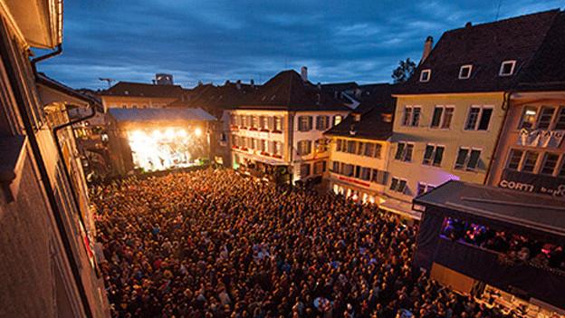 Open-Air-Konzert nachts mit Bühne und Publikum