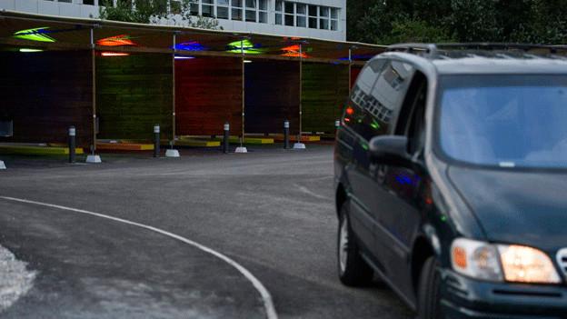 Ein Auto fährt von den sogenannten Sexboxen weg.