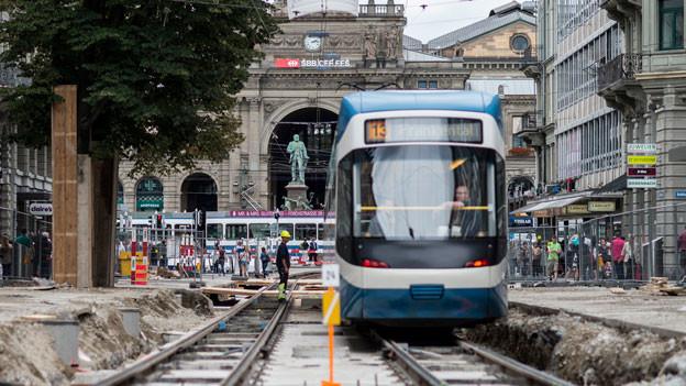 Ein Tram fährt durch die Baustelle an der Zürcher Bahnhofstrasse.
