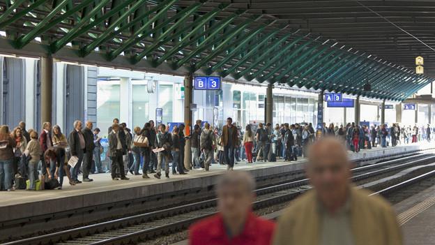 Blick auf wartende Passagiere am Bahnhof Winterthur.