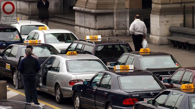 Taxis stehen Schlange vor dem Zürcher Hauptbahnhof