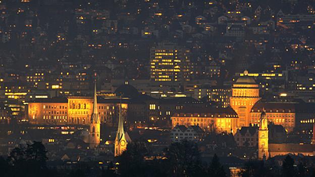 beleuchtete Uni-Gebäude in der Nacht