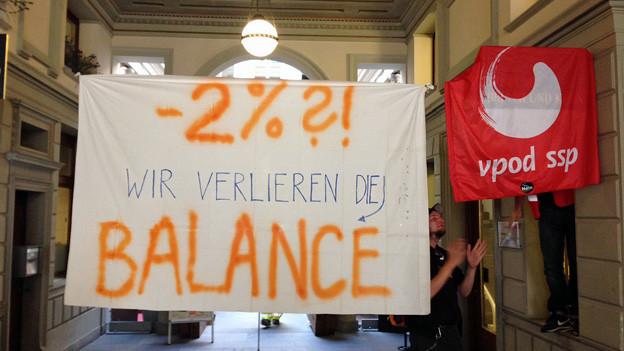 """Leintuch mit Slogan """"Wir verlieren die Balance"""""""