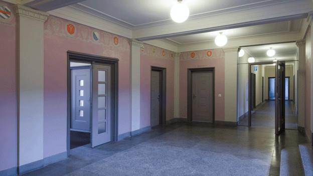 Korridor am Bülacher Gericht mit Türen zu den Büros.