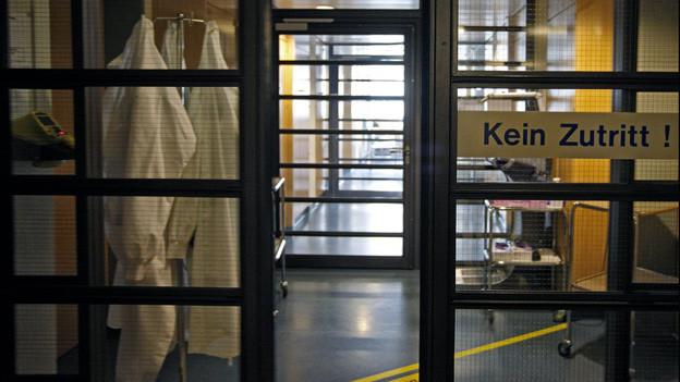 Glastüre mit Aufschrift kein Zutritt im Spital