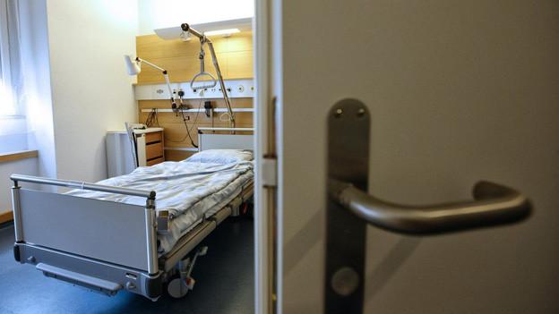 Spitalzimmer durch die offene Türe
