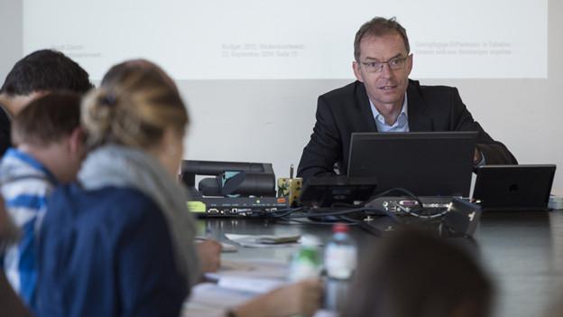 Daniel Leupi mit seinem Laptop erklärt Medienleuten das Budget der Stadt Zürich