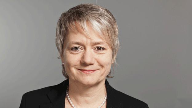 Portrait von einer Frau in schwarzer Jacke und Kette.