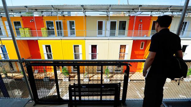 Ein Wohncontainer mit farbigen Elementen.