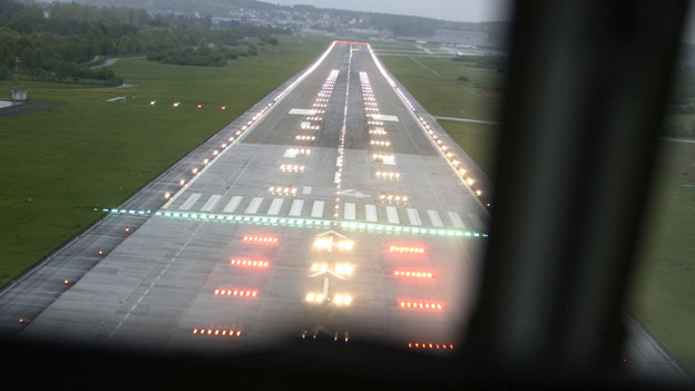 Ein Flugzeug landet auf dem Flughafen von Zürich-Kloten