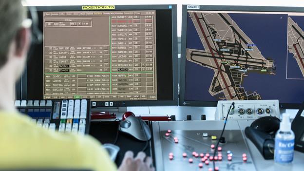 Im Büro der Flugsicherung: Bildschirme, Lichter.