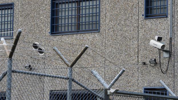 Zaun und Überwachungskameras beim Gefängnis Affoltern