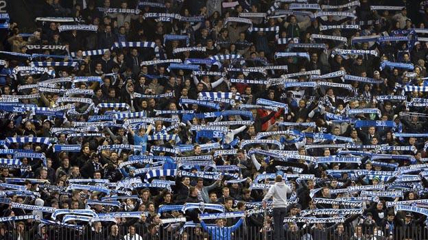 """Fans halten """"Zürich""""-Halstücher in die Höhe."""