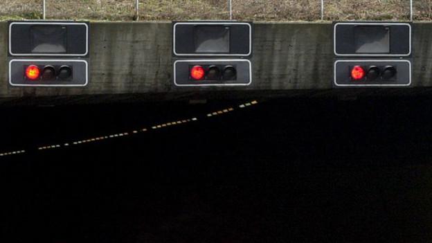 Ampeln an der Einfahrt des Gubristtunnel stehen auf Rot