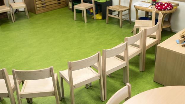 Kreis von kleinen Stühlen in einem Kindergarten