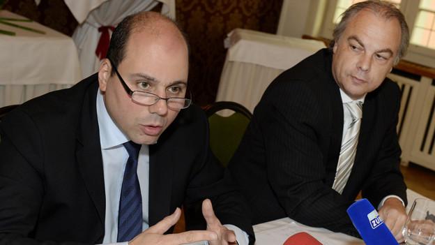 Der Fraktionschef Mauro Tuena und Parteipräsident Roger Liebi an der Medienkonferenz im Juli
