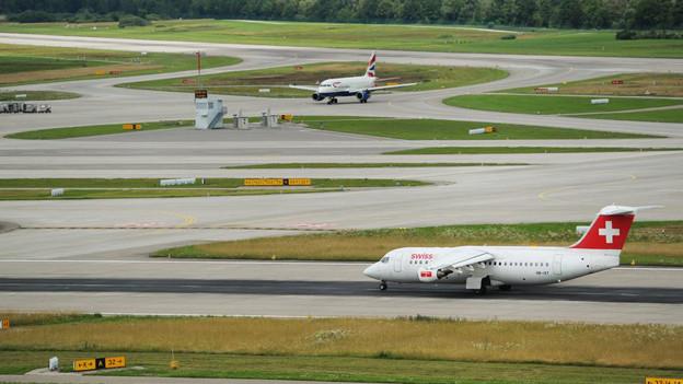 Blick auf die Pisten am Flughafen Zürich.