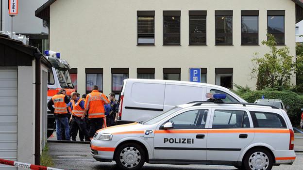 Grossaufgebot der Kantonspolizei Zuerich vor dem Gemeindehaus in Pfäffikon (ZH) am Montag, 15. August 2011