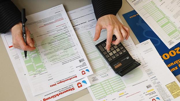 Ein Mann füllt eine Steuererklärung aus.