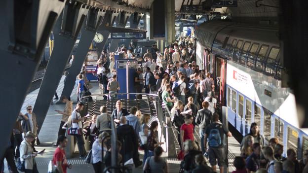 Ein viertes Gleis am Bahnhof Stadelhofen soll Entlastung bringen.