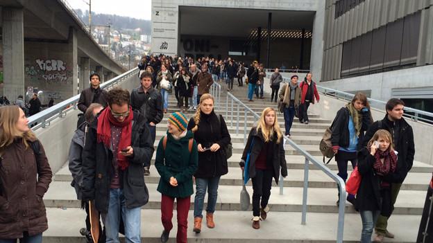 Studierende verlassen die Gebäude der Hochschule auf dem Toni-Areal.