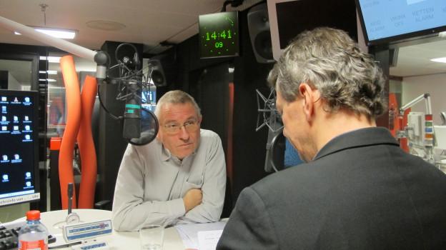 Ruedi Winet im Studio des Regionaljournals