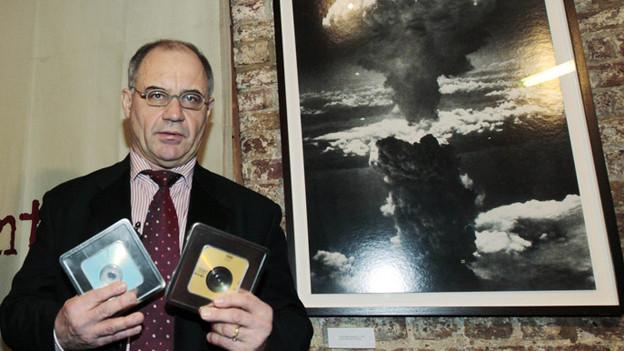 Rudolf Elmer präsentiert den Medien CDs, die er Wikyleaks übergeben hat.