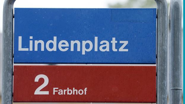Schilder der Tramhaltestelle Lindenplatz