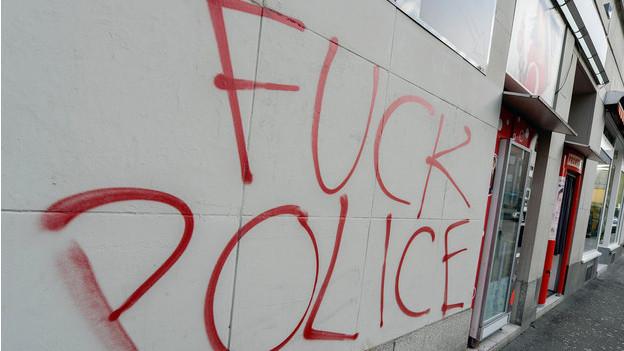 Grosse Aggression gegen die Polizei.
