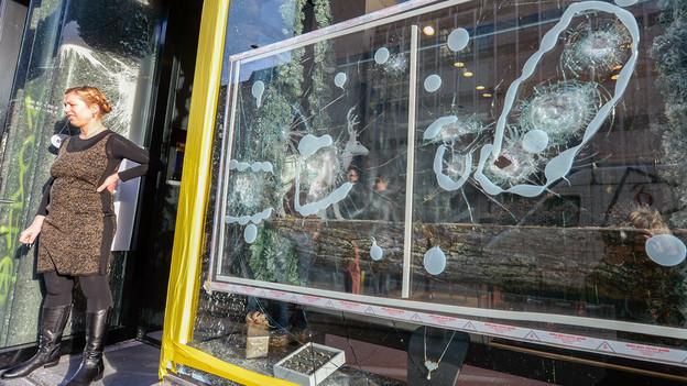 An der Europaallee wurden wahllos die Schaufensterscheiben der Geschäfte eingeschlagen.