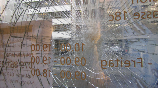 Eine zerschlagene Schaufensterscheibe an der Europaallee in Zürich