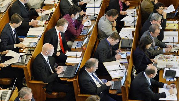 Zürcher Gemeinderäte sitzen in ihren Ratsbänken.