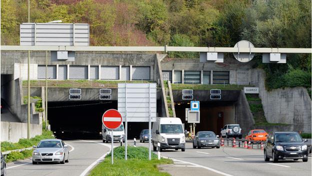 Zwei Tunnelportale mit Schildern und Autos
