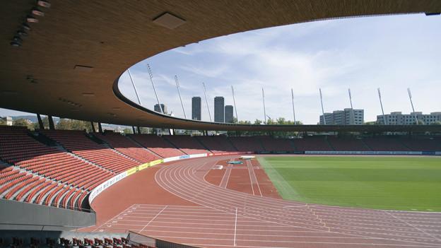 Blick in das leere Rund des Stadions Letzigrund