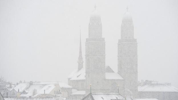Das Grossmünster im Schnee.