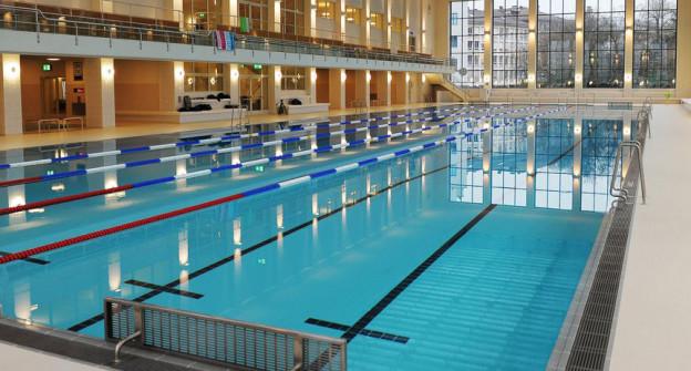 Baden wird teurer in Zürich, die Badegäste bleiben gelassen.