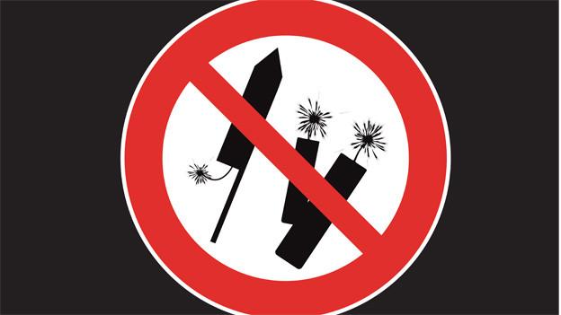Verbotsschild mit Feuerwerkkörpern.